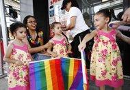 Desfile en NY celebra legalización de bodas homosexuales