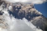 Evacúan más de diez mil personas por erupción de volcán