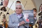 Vicente Fernández es homenajeado con un libro
