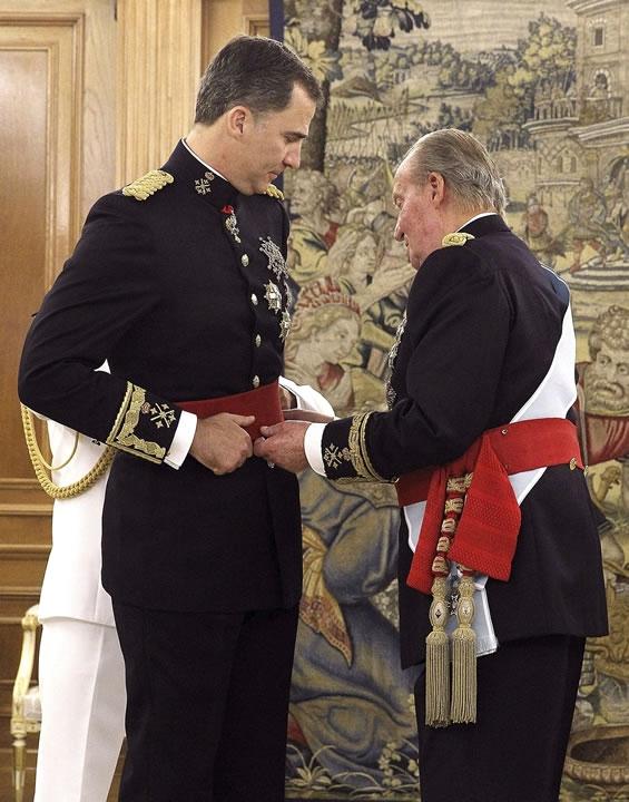 PAG 15 El Rey Juan Carlos impone la banda al nuevo Rey
