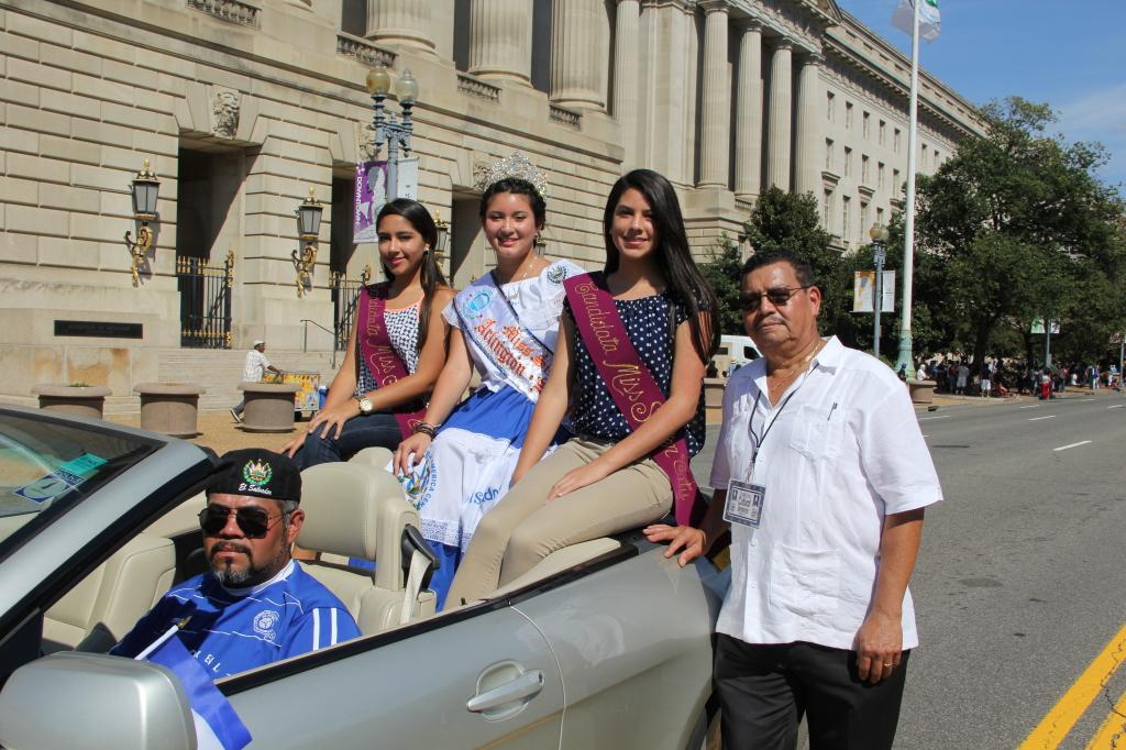 Manfredo Mejía organizador de MIss Sister City Arlington, junto a las reinas, desfilaron en Fiesta DC