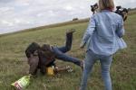"Periodista húngara que golpeó a migrantes dice que ""entró en pánico"""