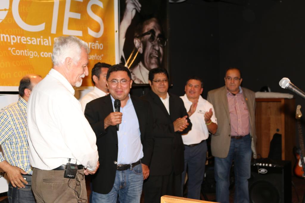 El empresario Luis Reyes, felicita a Carlos Consalvi y los otros homenajeados