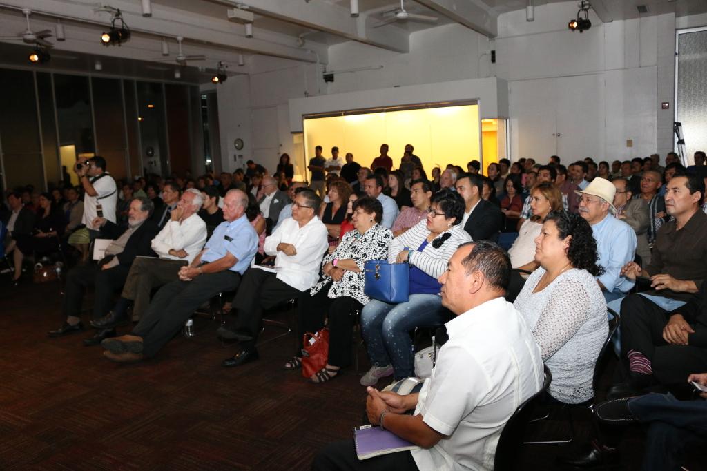 Un auditorium lleno de salvadoreños compartió con los homenajeados