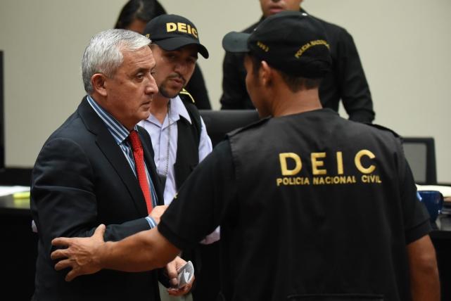 El expresidente Otto Pérez, es custodiado y trasladado a la cárcel