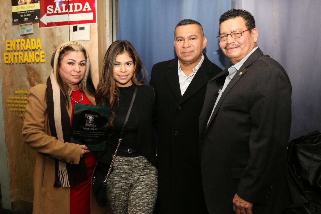 Emily Vásquez, con su familia y el empresario Manfredo Mejía