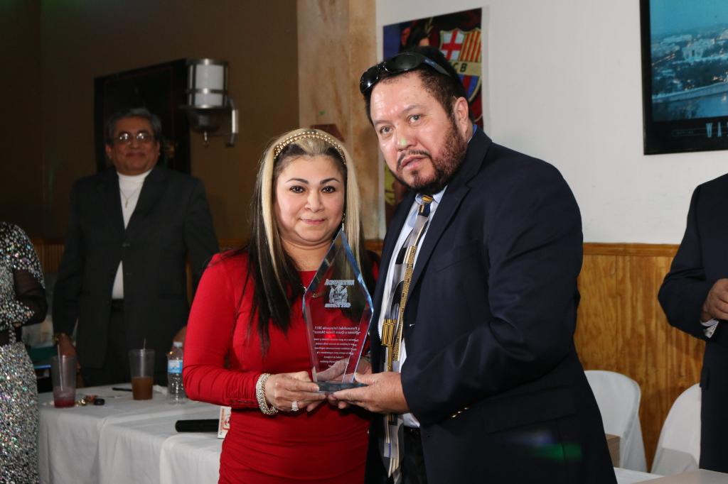 Emily Vásquez, recibe reconocimiento de Oscar Amaya
