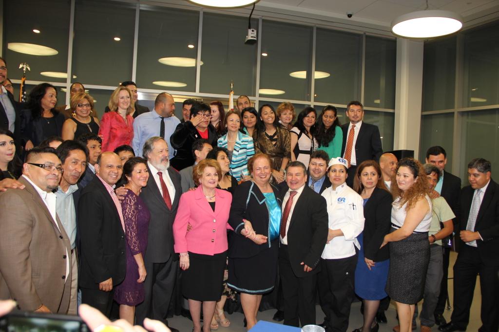 La ex embajadora Aponte, acompañada por el embajador de El Salvador Francisco Altschul, Sonia Gutiérrez, presidenta de la Fundación 'Carlos Rosario' e invitados especiales.