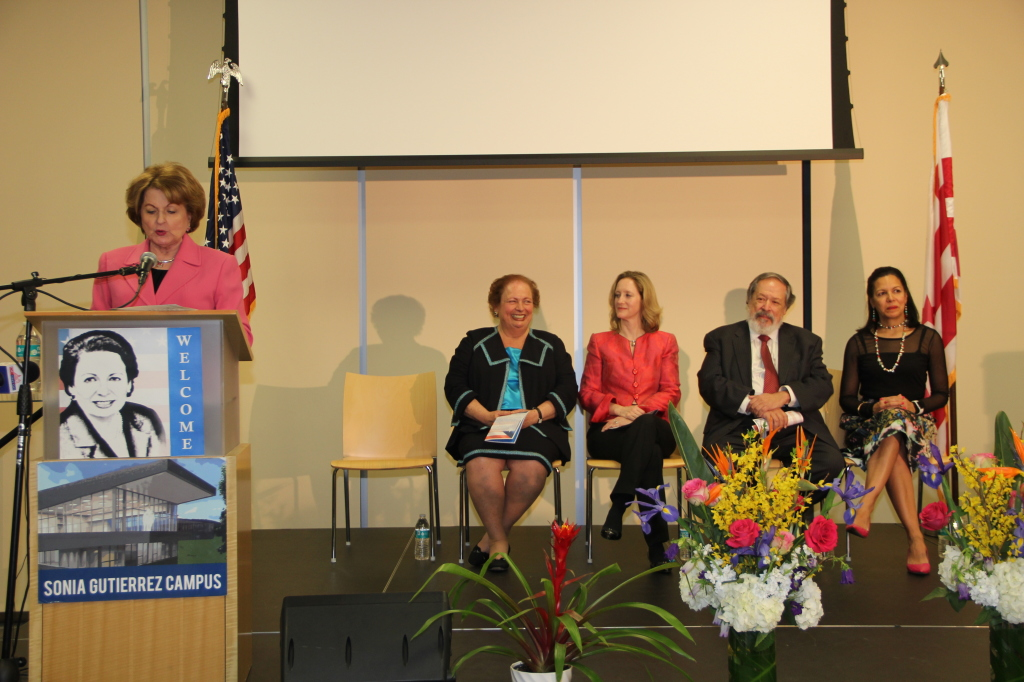 Sonia Gutiérrez, presidenta de la Fundación 'Carlos Rosario Int. PCS' da la bienvenida a la ex embajadora Maricarmen Aponte.