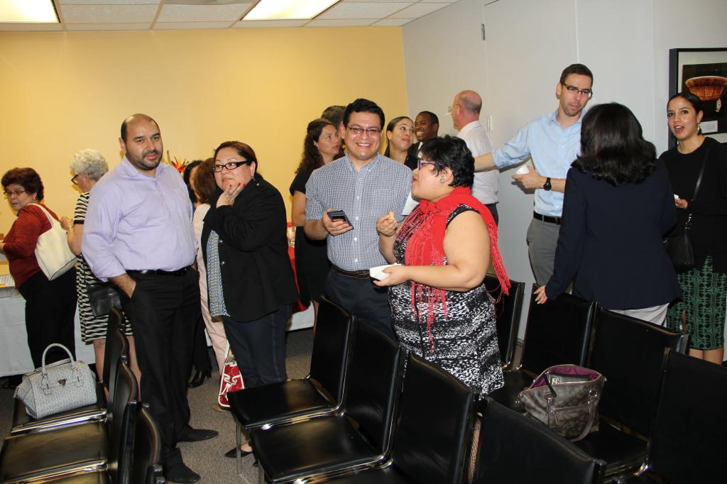 Jackie Reyes de OLA y amigos en la exposición literaria.