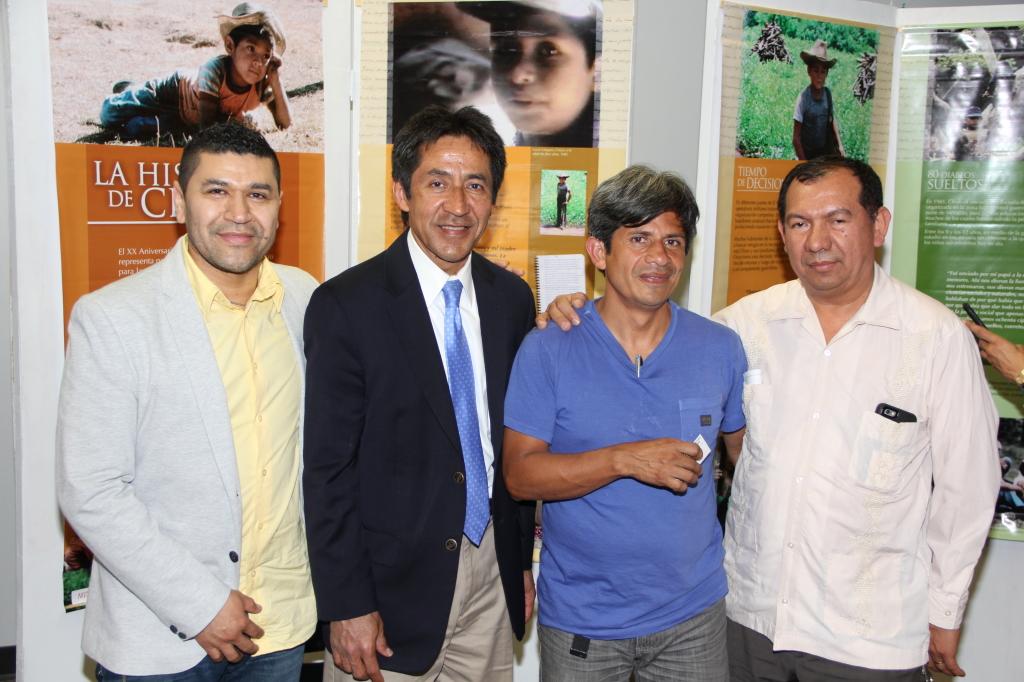 Lucio Vásquez con Dr. J. Hernández, Walter Tejada y el sacerdote Vidal Rivas.