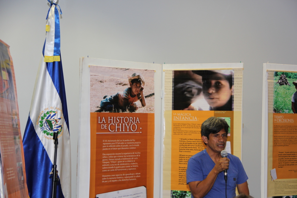 """""""Chiyo"""" expone su libro """"Siete Gorriones"""" en la embajada salvadoreña en Washington."""