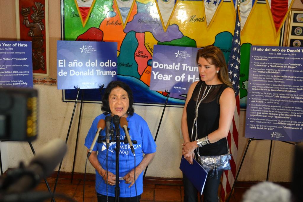 La  defensora de los derechos humanos Dolores Huerta y Alicia Machado