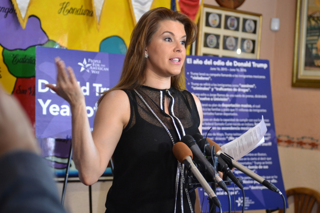 La ex Miss Universo venezolana Alicia Machado, en Restaurante Atlacatl, de Arlington