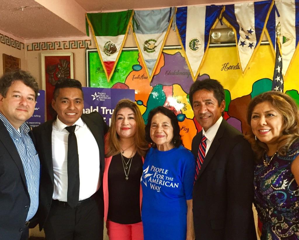 Walter Tejada; la defensora de los derechos humanos Dolores Huerta y varios activistas